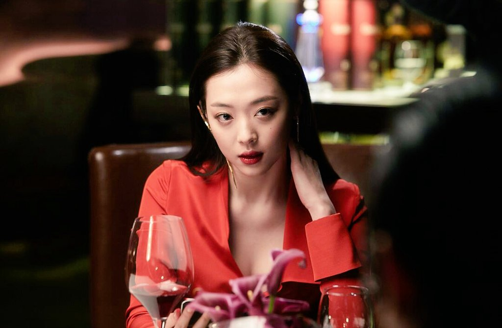[Previews] #REAL Sulli as Dr. Song Yoo-hwa, the hospital&#39;s rehabilitation therapist. <br>http://pic.twitter.com/Inv0i77D3G