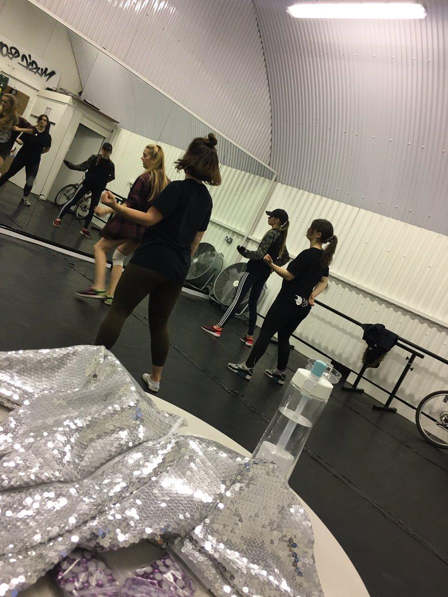 My gaga dancers are rehearsing &amp;  I&#39;m trying to finish my @ladygaga #SuperBowl #tribute #costume #mygagalife #gaga #impersonator #puritii<br>http://pic.twitter.com/0YocKSXefV