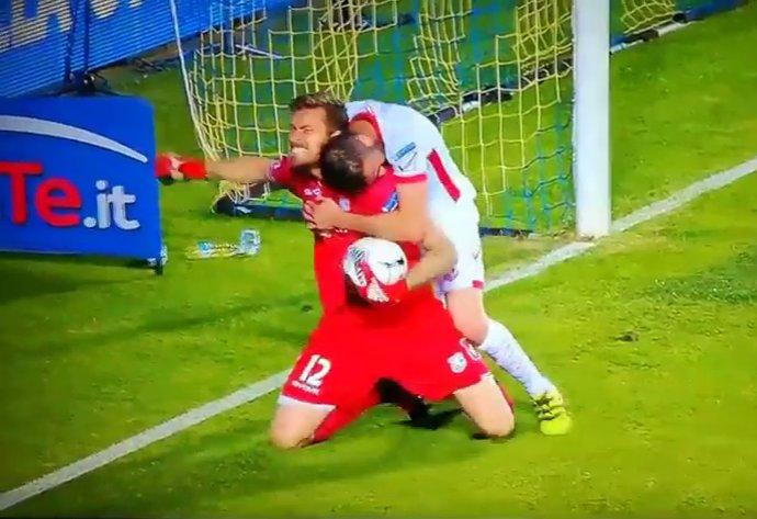 Play-off di B, succede il finimondo: Mbakogu abbandona il campo, Carpi in 9 ... - https://t.co/hw5hcxPSbK #blogsicilianotizie #todaysport