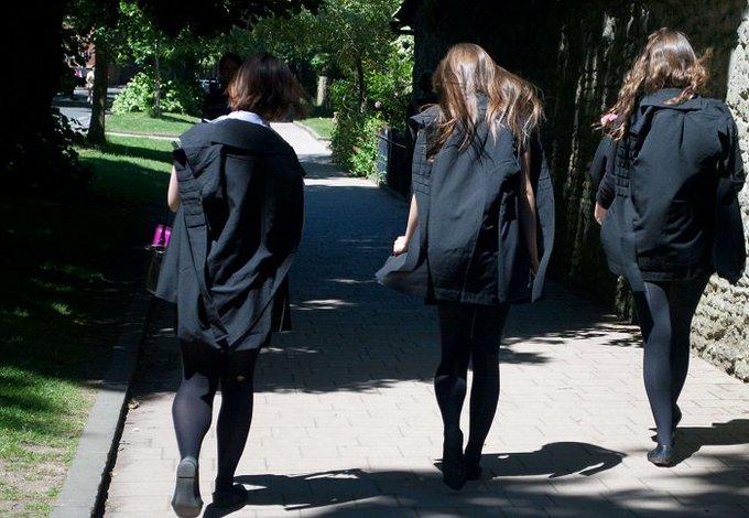 """En Belgique, des étudiantes invitées à venir en """"décolleté"""" >> https://t.co/BWukiB4oPQ"""