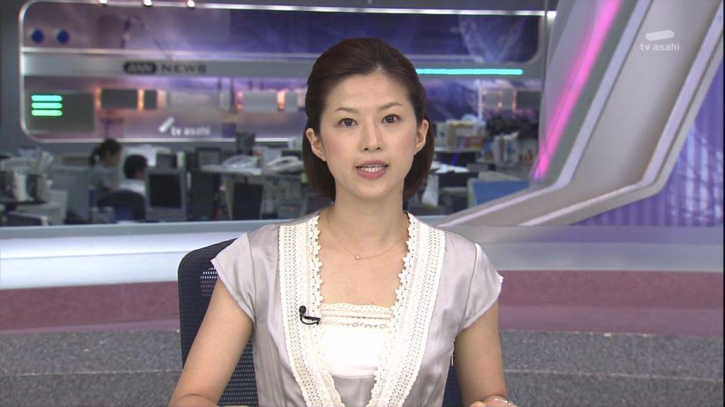 シルバーの洋服を着ている石井希和