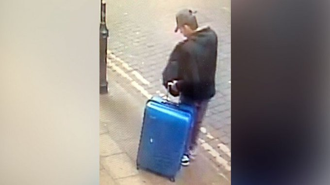 Manchester police release new image of bombing suspect with blue suitcase https://t.co/MXZv6On9OC