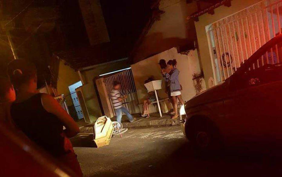 Homem desenterra o irmão e sai para passear com o caixão no interior de MG https://t.co/LcAs8eqhiV ¯\_(ツ)_/¯