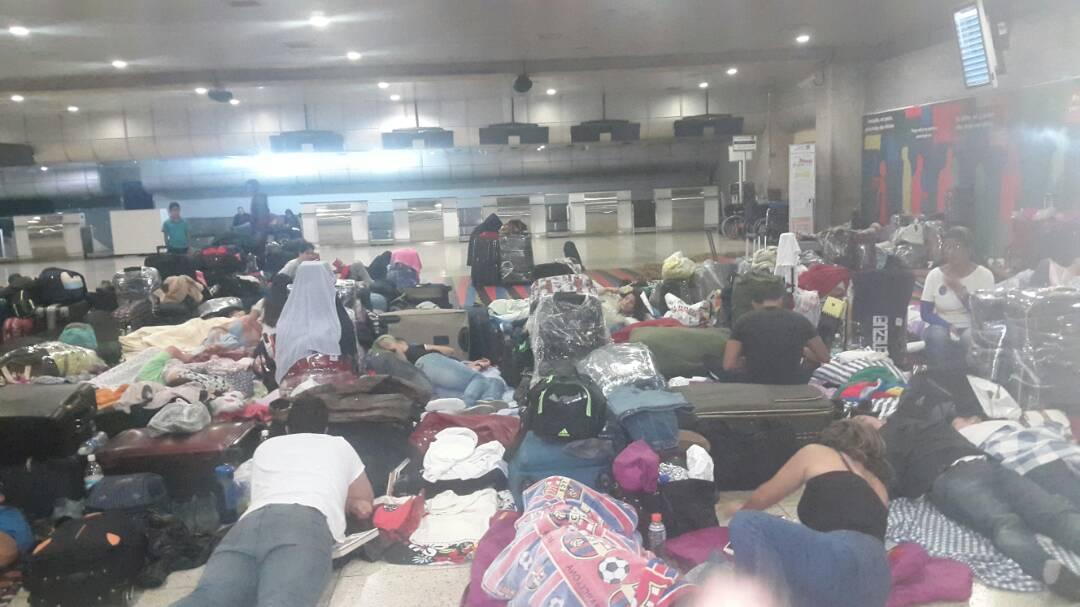 Pasajeros de .@LAConviasa se encuentran varados y damnificados en Maiquetía (fotos y video) https://t.co/KM7KYLfMFc