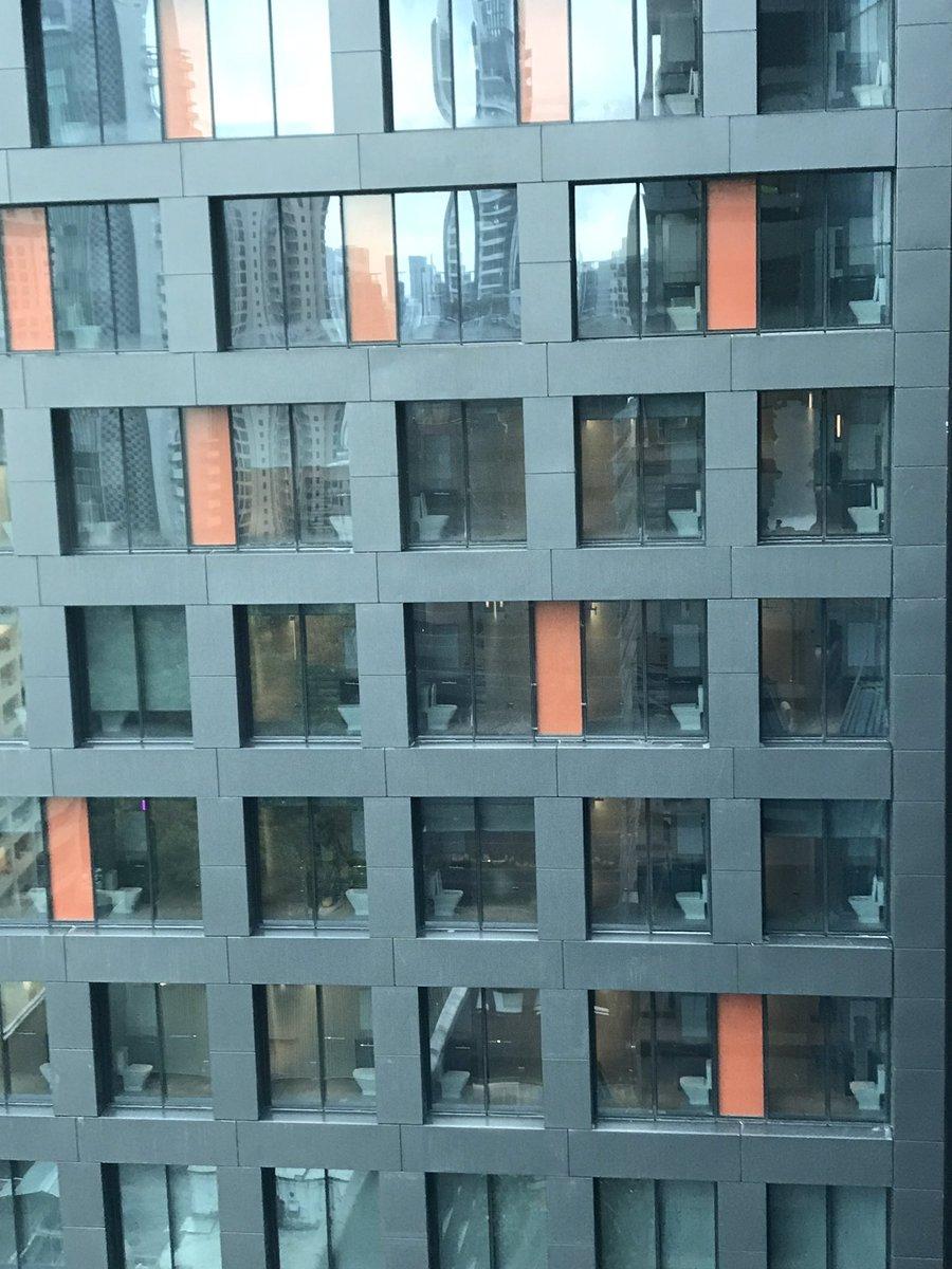 うちのオフィスの前に建築中のホテル。トイレ丸見えなんだけど。。。マジックミラーを逆につけたんじゃないかと思ってヒヤヒヤしてる。(シンガポールならありえる) pic.twitter.com/vJzM6IprAi