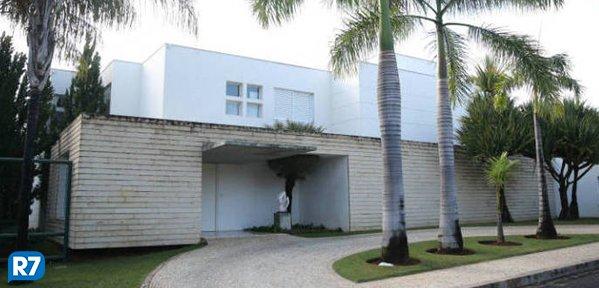 Salário de Aécio não paga o aluguel de mansão onde mora https://t.co/BOnDkrRT0t #Política