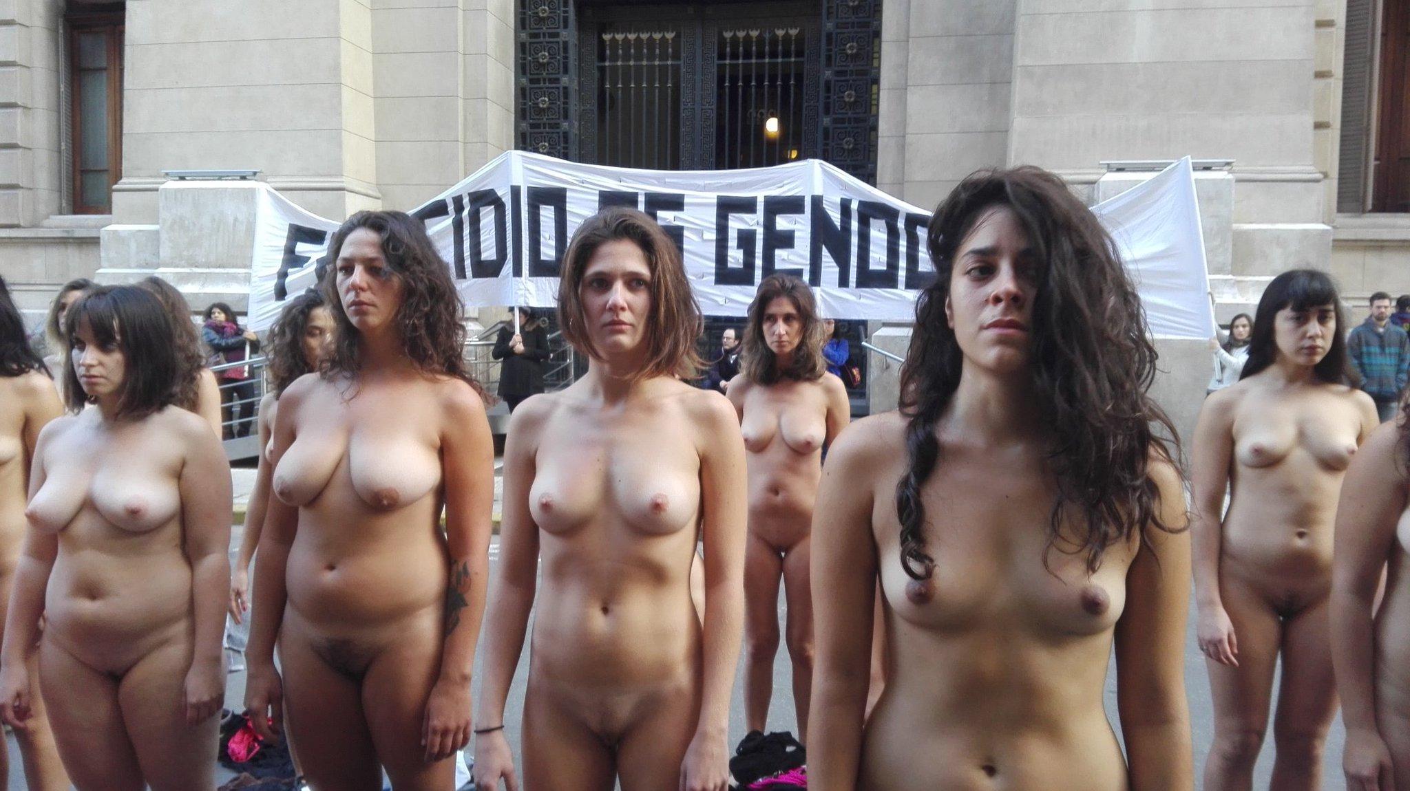 протесты голых девчат жены