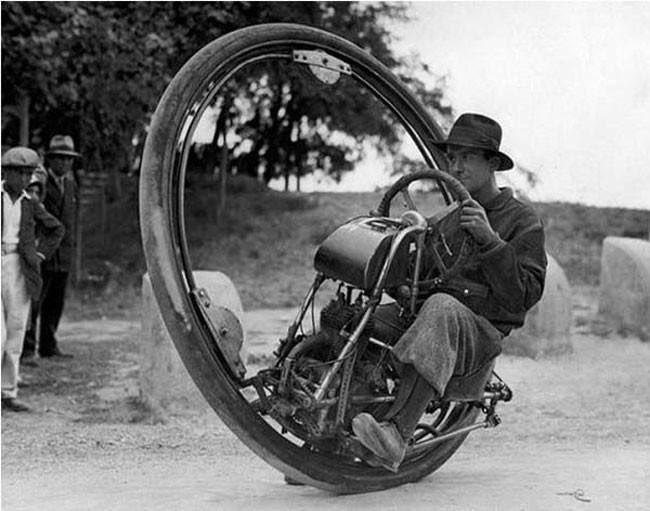 1931年イタリア製の一輪バイク。時速150kmも出せた。大友克洋の『スチームボーイ』の時代にはまだなかっただろうけど。今も一輪バイクファンがいるようだ。 https://t.co/z8iyRKWn4E