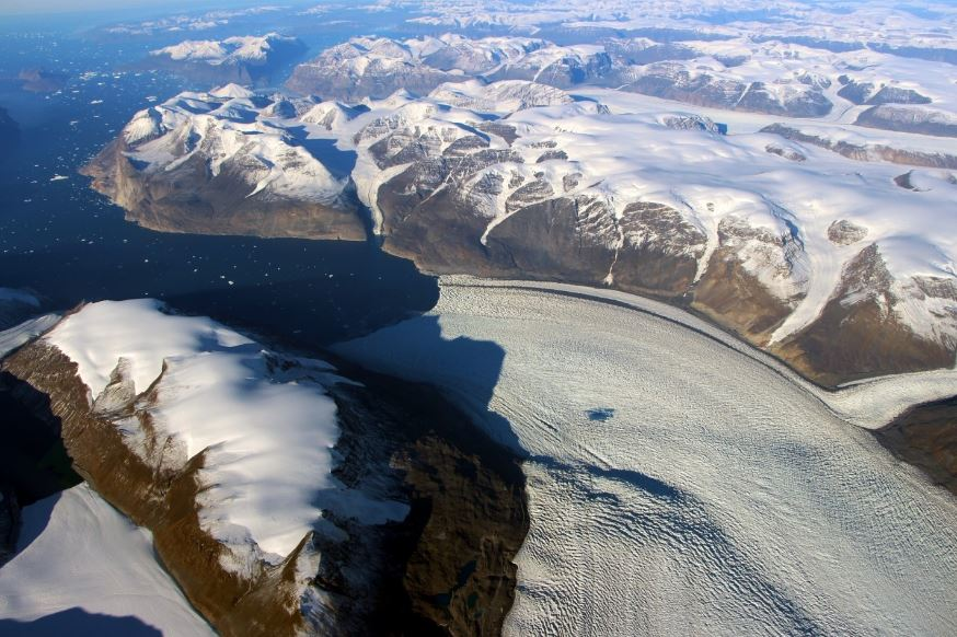So much water pulsed through a melting glacier that it warped the Earth&#39;s crust   #Arctique #climat #Environnement <br>http://pic.twitter.com/VorclEXO3d