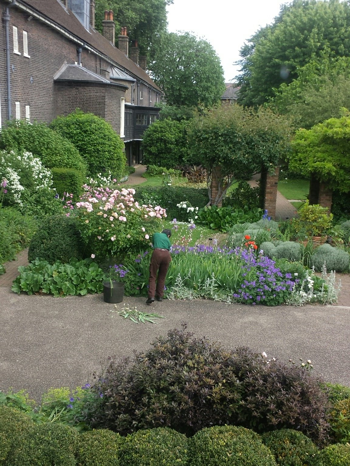 Are you near the Geffrye museum ?  Pop up Dragon Café singers & Diggers choir at 11.am today!  #chelseafringe @GEFFRYE https://t.co/6JcZ5PH0ov