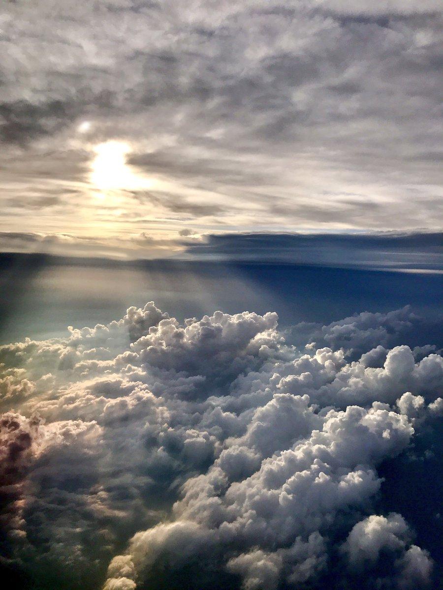 飛行機の中でふと目を覚ましてみると、荒廃した世界に神からのお告げがあるシーンかって思うような光景が広がっていました https://t.co/2f8b9qY0xE