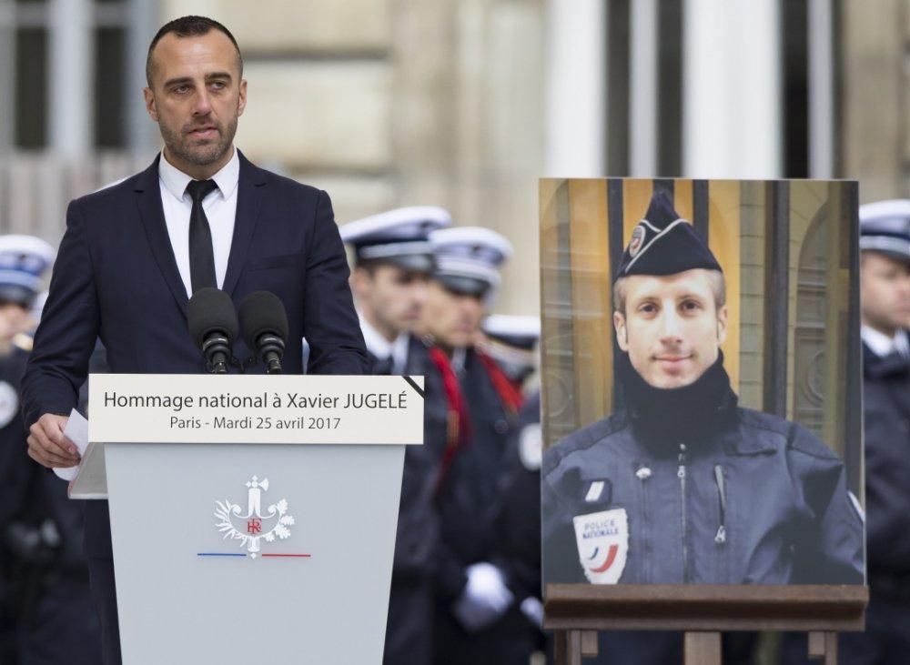 (Le Télégramme) Attaque aux Champs-Elysées. Un mariage posthume pour #Xavier #Jugelé :..  https://www. titrespresse.com/3402711701/att aque-xavier-jugele-champs-elysees-mariage-posthume  … pic.twitter.com/tm2KXZCuQk