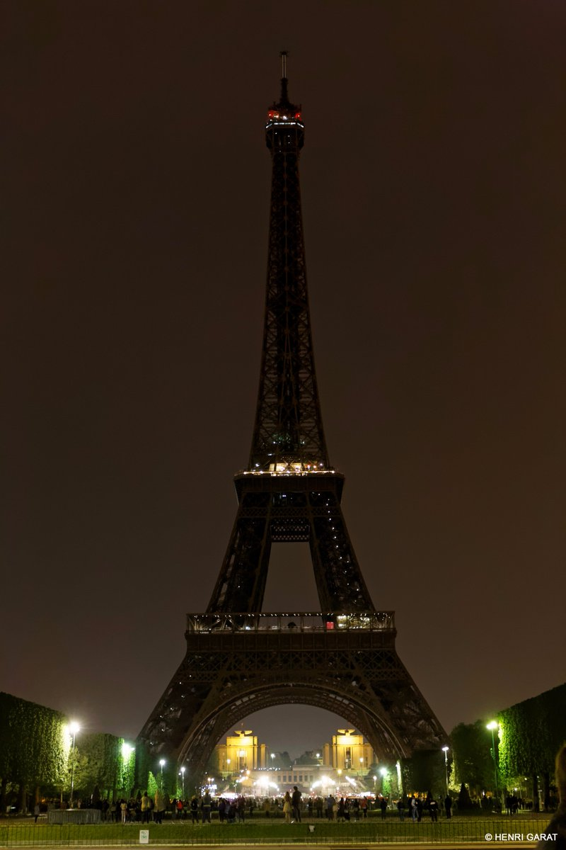I will turn my lights off tonight, at midnight, to pay tribute to the victims of the Kabul attack. #EiffelTower