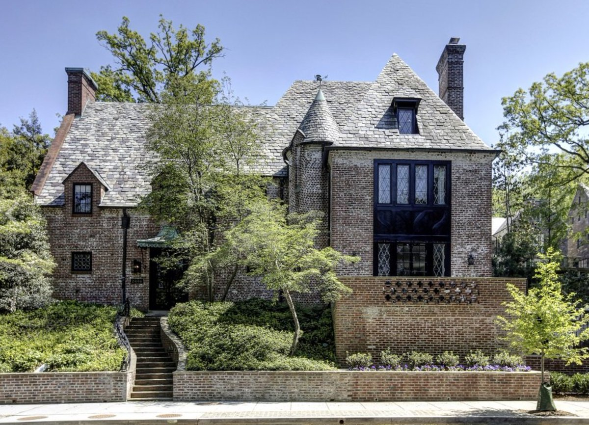 The Obamas just bought this house they were renting in the Kalorama section of DC  Price: $8.1 million  https://t.co/bL7AJH0Jg0