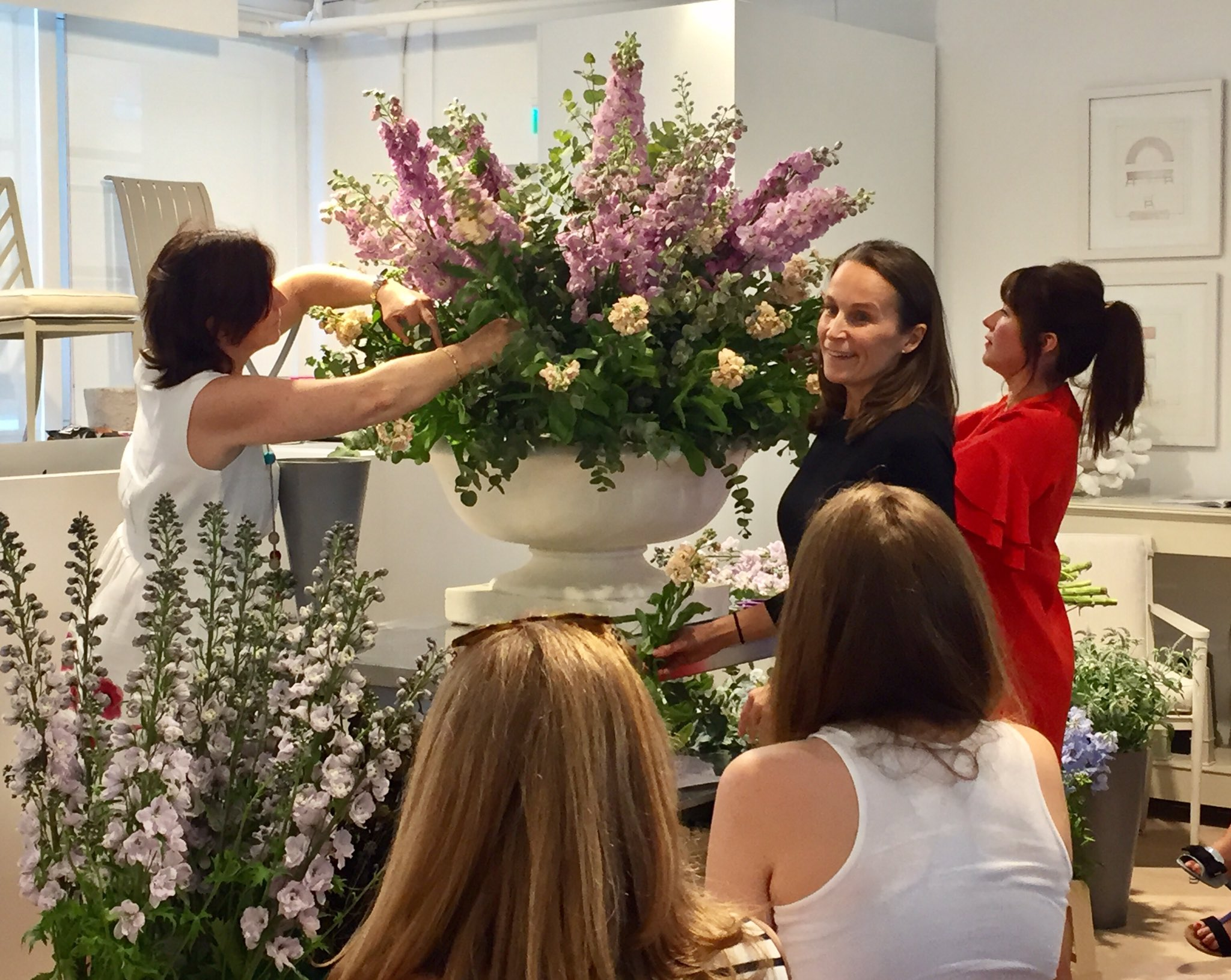Adding some pale pink delphiniums & apricot stocks to the arrangement with Philippa Craddock #InFullBloomAtDCCH #chelseafringe #floristry https://t.co/GrePcR0hZG