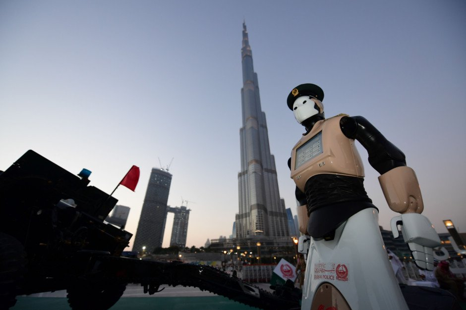 #Dubai's Robot Policeman at iftar cannon firing  pictures Courtesy: @gulf_news