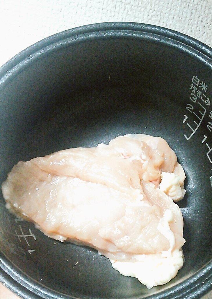 ①炊飯器に鶏肉をいれます ②玉ねぎを入るだけいれます ③めんつゆと胡麻油を少し入れて炊飯スタート ④美味しく炊けました!!  鶏肉お箸でほぐせるくらいトロットロになるんだよ~ご飯のおともに♥