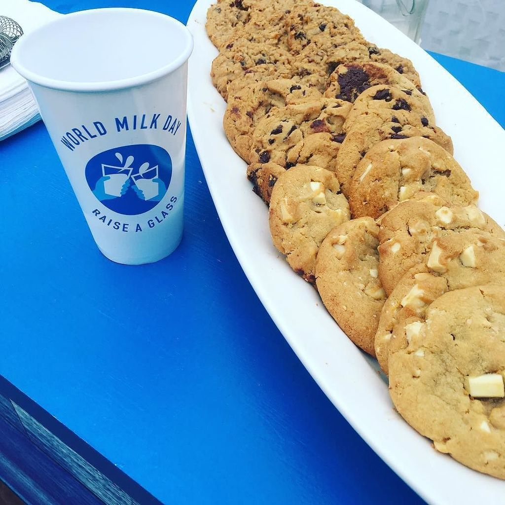 #nationalmilkday At the Country Club Plaza today @dfamilk Has free milk and cookies. If you hashtag #raiseaglass and #worldmilkday DFA wil…<br>http://pic.twitter.com/buysG69rOe