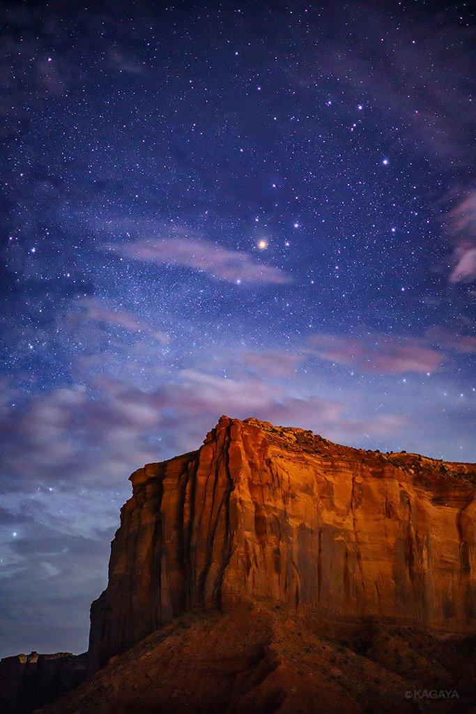 億年の時を経て刻まれた大地。月光に映え、星に彩られるその姿。(アメリカ、モニュメントバレーにて昨夜撮影) pic.twitter.com/kYfNrAgSUS