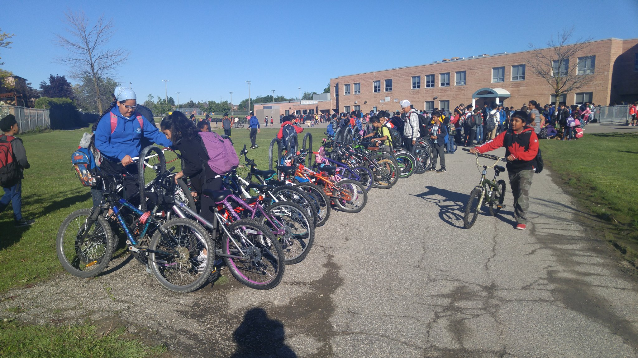 Congratulations! @rjlee_ps beat last year's record with 131 cyclists (19% #modeshare ) on the final day of #biketoschoolweek #bikebrampton https://t.co/hNORc2RUjZ