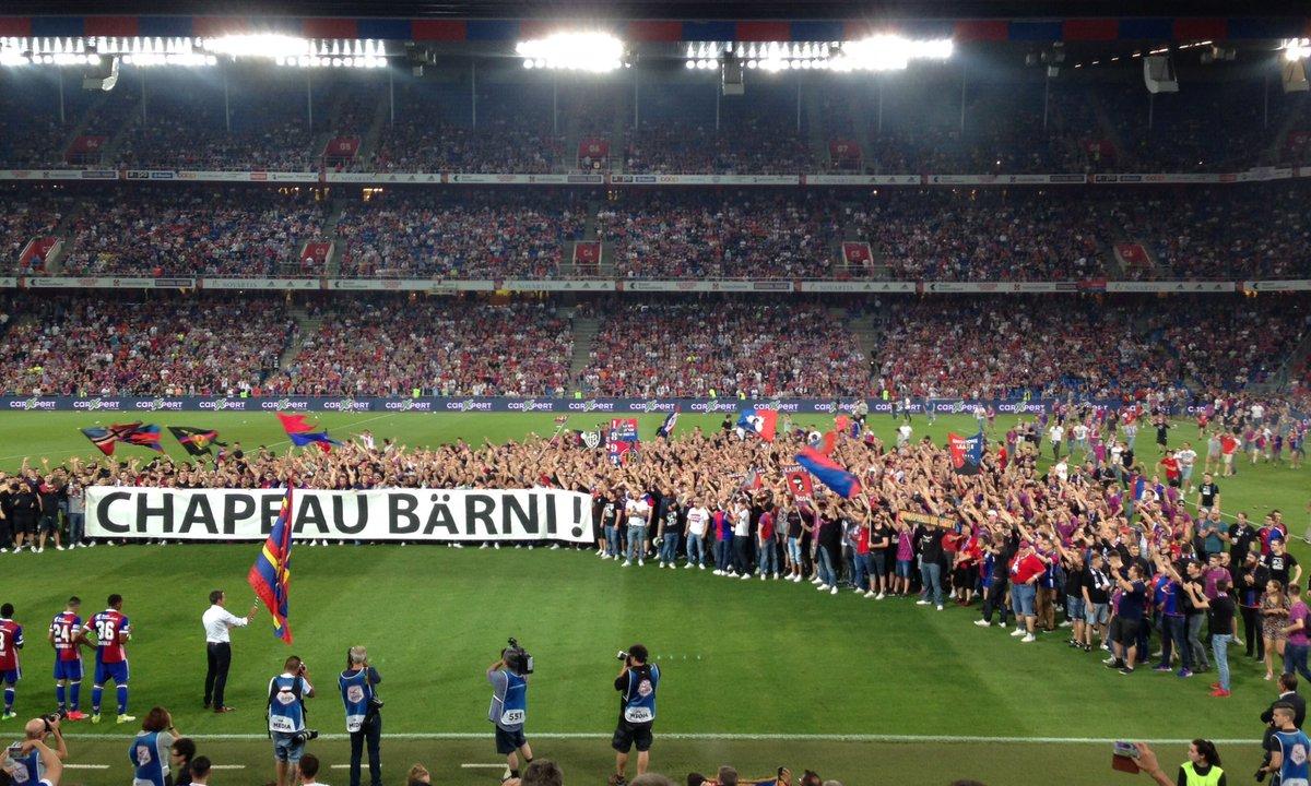 Bâle : des supporters envahissent la pelouse en plein match pour honorer leur président