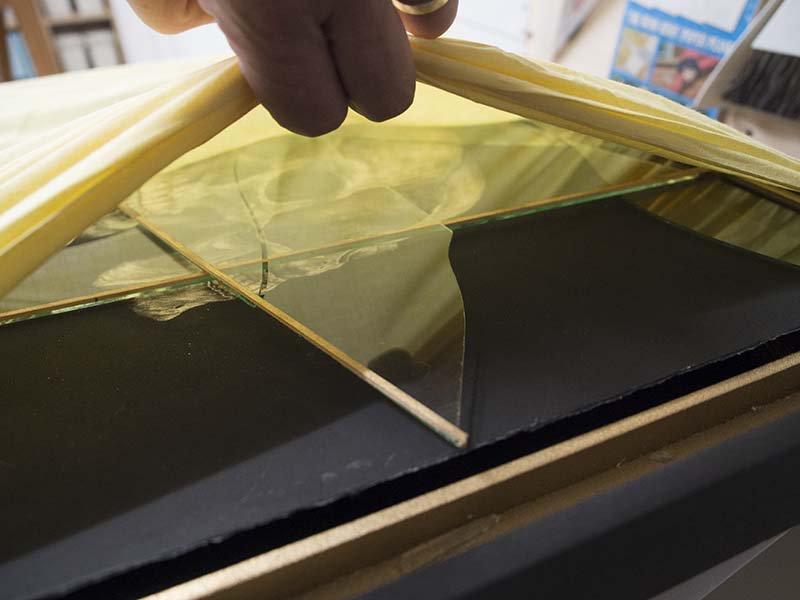 伊勢丹から戻ってきた作品『Asura skull』の額(六甲昆虫館製)のガラスがばりばりに割れて戻ってきた。よほど手酷く扱わないとここまで粉砕はされないだろう。 https://t.co/kYejMfic7U