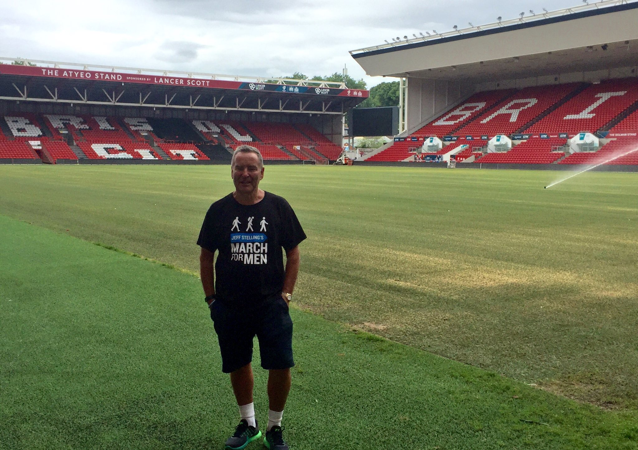 Jeff looking relaxed pitchside @bcfctweets' Ashton Gate home on Day 2 of #JeffsMarch🚶🏻 https://t.co/ML0LKDfDCI