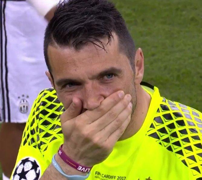 O triste é ver isso. Este homem não merecia levar 4 gols numa final. 😢