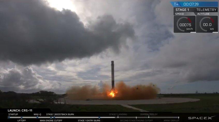 Das Bild zeigt die erste Stufe kurz vor der Landung auf dem LZ-1