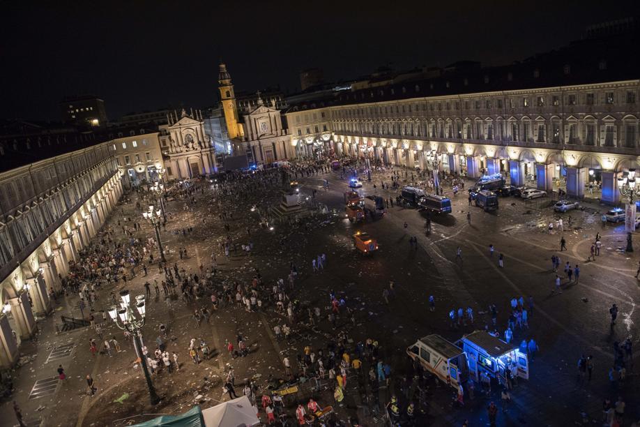 Piazza San Carlo vista dai fotografi de @LaStampa  Una serata di dolore. E poi c'è Londra. https://t.co/yLWmoXbRKU