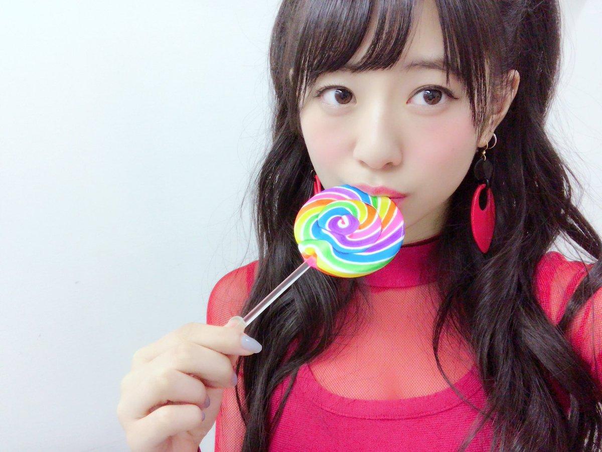 カラフルな飴を食べている伊藤萌々香