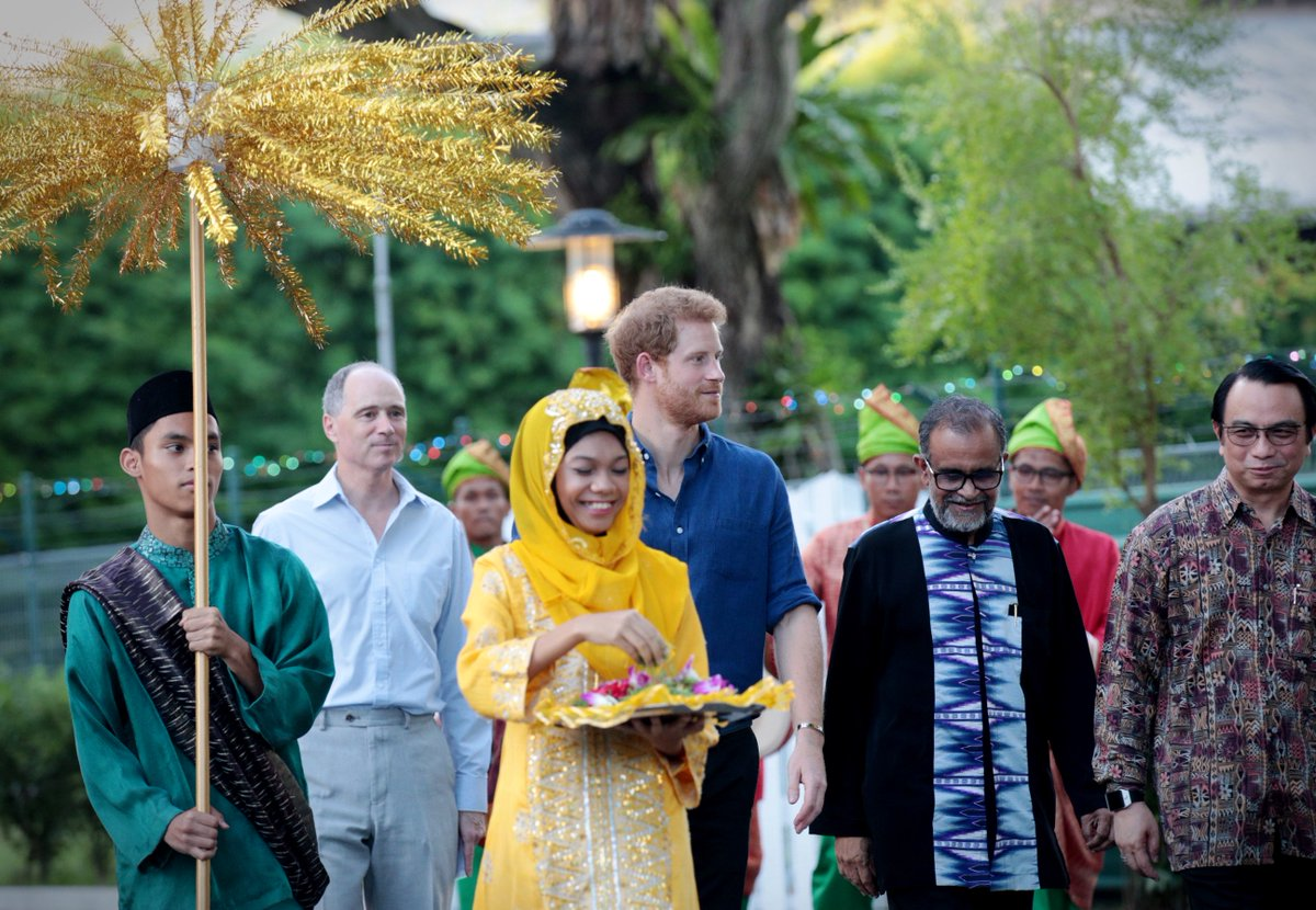 Photos: UK's Prince Harry breaks fast with around 80 youths at the Jamiyah Childrens' Home in Singapore https://t.co/TMgMy6ADOY