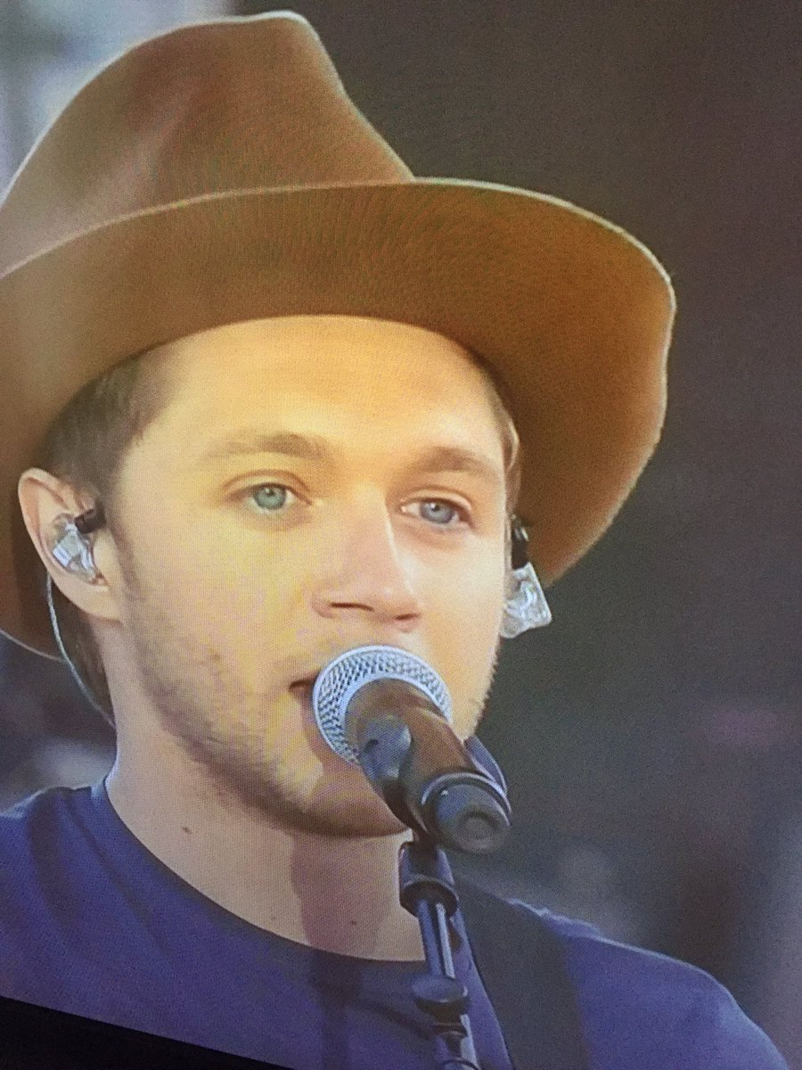 """""""Everytime i come back to Manchester I'm addicted to this place"""" #OneLoveManchester @NiallOfficial   @KiSS925 https://t.co/rQNFfezKrp"""