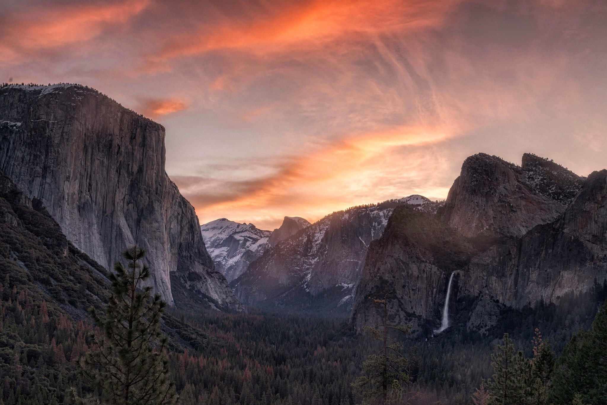 We never get tired of these Tunnel View sunrises @YosemiteNPS. Pic by David Laurence Sharp #California https://t.co/efdHuWif31