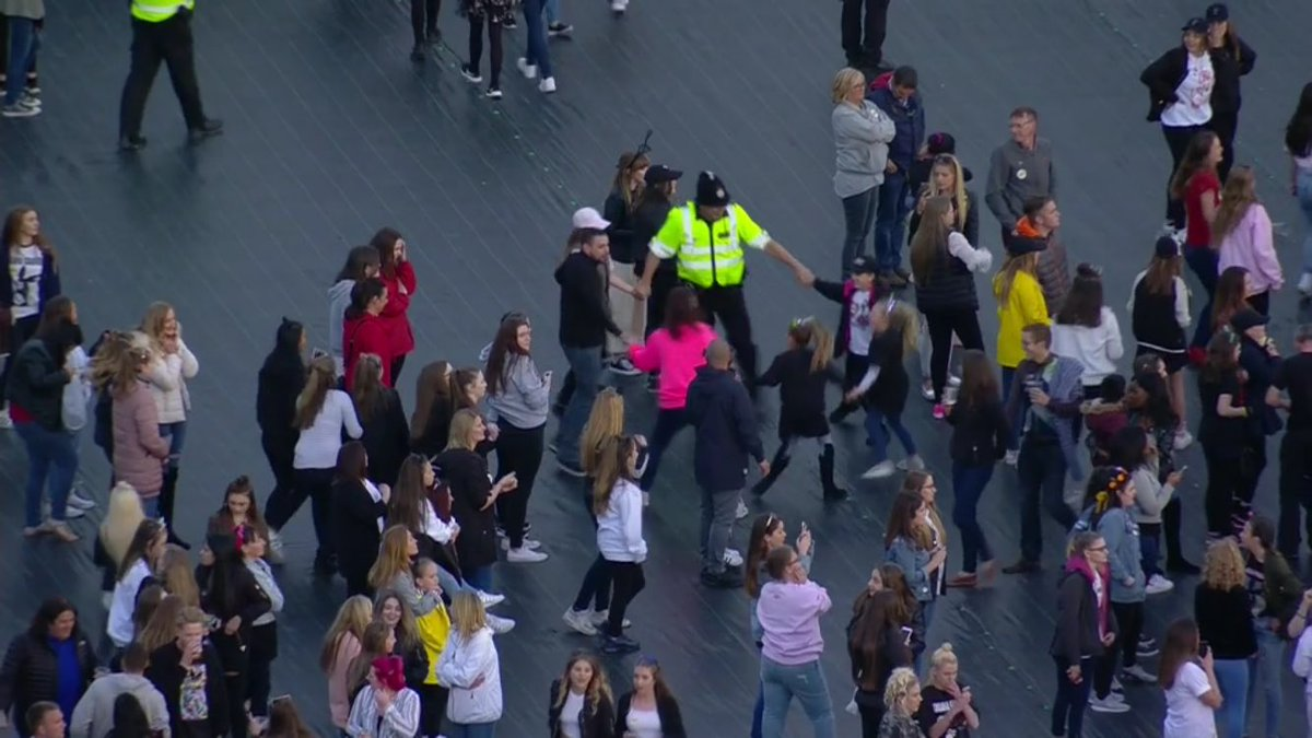 What a lovely cutaway... A policeman dancing with some young Ariana Grande fans in Manchester. #OneLoveManchester https://t.co/cNYRyJBC0n