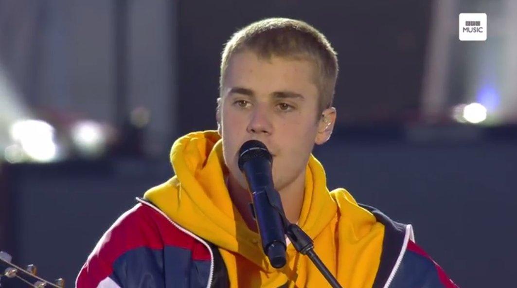 Ele terminou a apresentação quase chorando <3 'Não vamos desistir do amor', disse. #OneLoveManchester