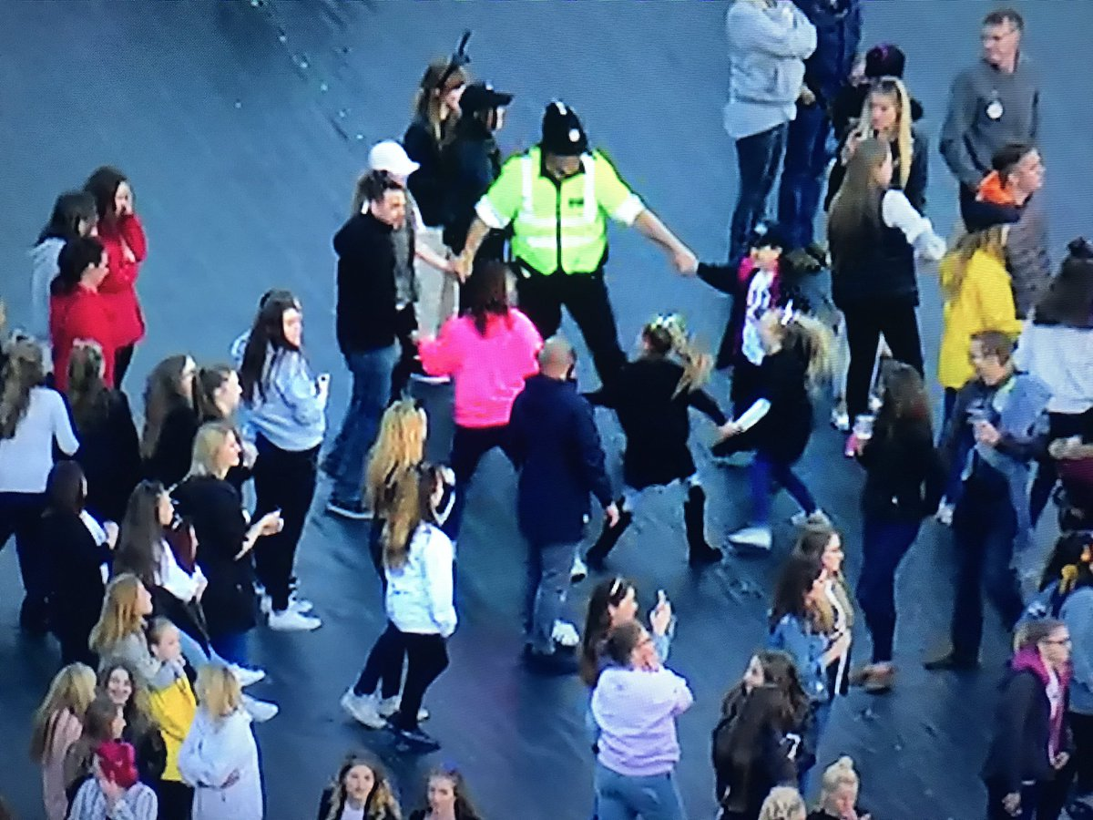 Yes to the policeman here at #OneLoveManchester https://t.co/OkUdEuBmG3