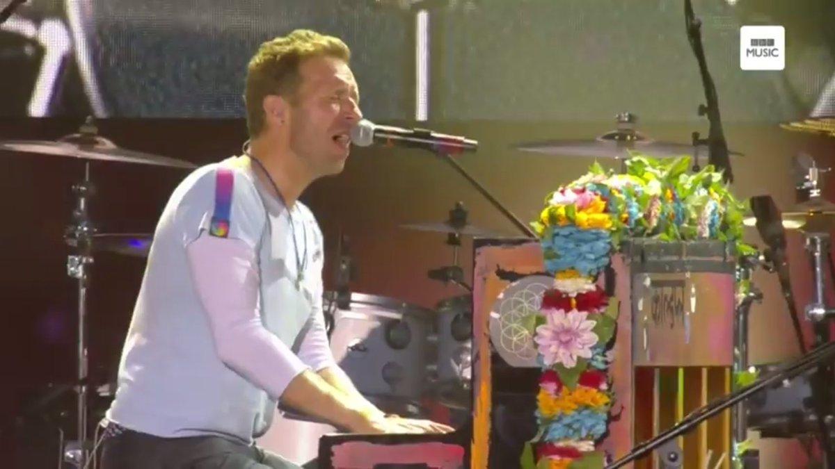 Coldplay fez uma apresentação linda de Fix You e agora está tocando Viva La Vida #OneLoveManchester