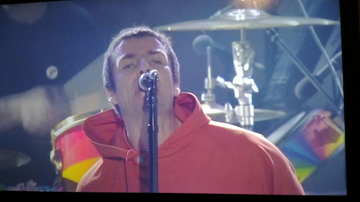 No podía faltar el chico de Manchester...There you go! La sorpresa de la noche: Liam Gallagher, ladies & gents! https://t.co/UDDLeg26nJ