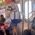 大きなバッグでお出かけ?!大型犬を大きなトートバッグに入れる人続出w