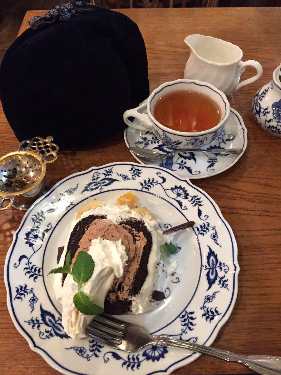 西洋茶館の前を通った時で初めて、がっつりご飯食べたいほど空腹でもなく、全く入らないほど満腹でもなかったので、やっとこ西洋茶館に来た (`・ω・´) チョコバナナのロールケーキと、ラプサンスーチョン!