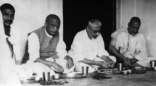 A classic pic of Rajendra Prasad, Sardar Patel, Maulana Azad and Khan Abdul Ghaffar Khan #BaachaKhan eating together. <br>http://pic.twitter.com/WctJIMTRU7
