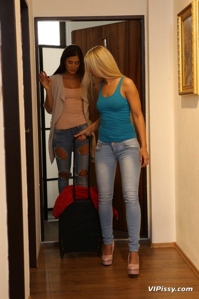 Pee her jeans in bathroom queue