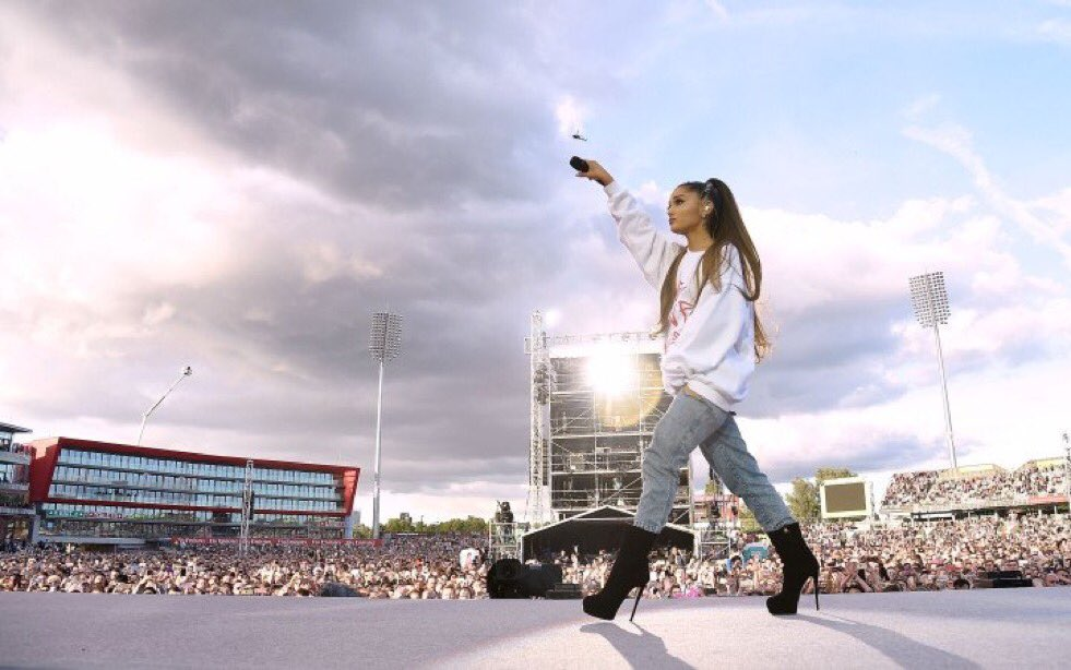 Such a beautiful tribute @ArianaGrande  & many others paid to  & t#ManchesterVictimshose who love them. A reminder to lead with kindness. 🌈