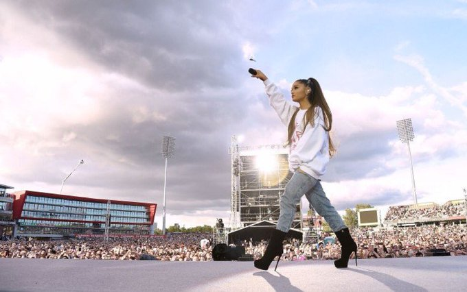 Such a beautiful tribute @ArianaGrande  & many others paid to #ManchesterVictims & those who love them. A reminder to lead with kindness. 🌈 https://t.co/w9zj4BNCB5