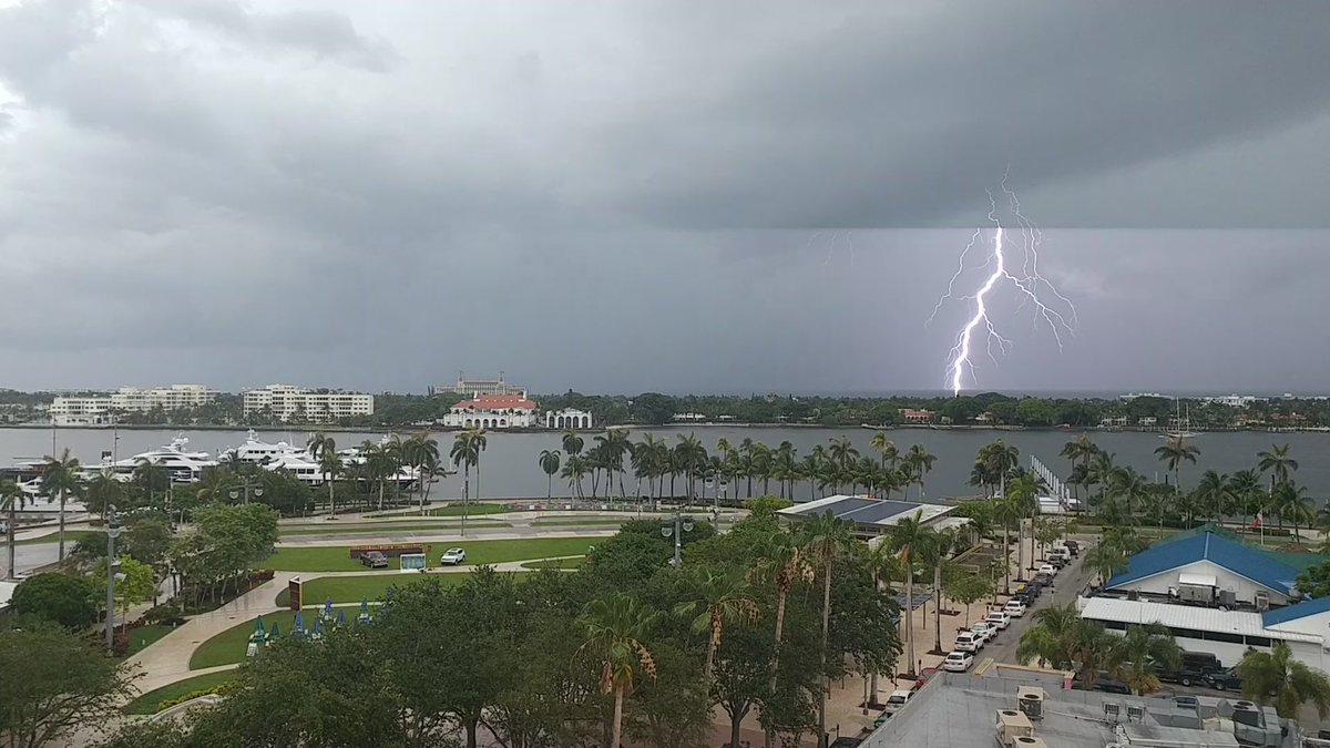 Lighting strikes on Palm Beach ⚡ ⛱ ☁ ⚡ #angrysky #flwx https://t.co/ezQgPw1hg0