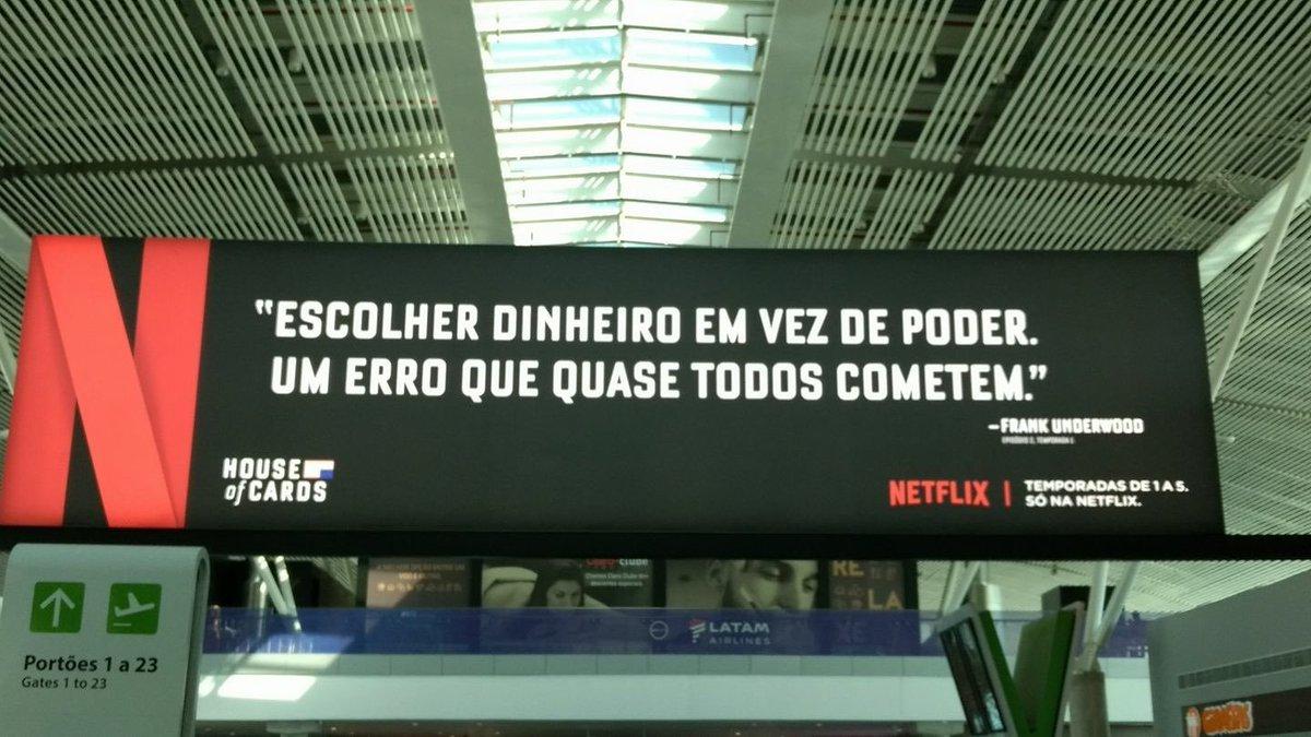 Recadinho genial da Netflix para os políticos que passam pelo Aeroporto de Brasília. Será que agora eles se tocam? https://t.co/i2XyQJTezl