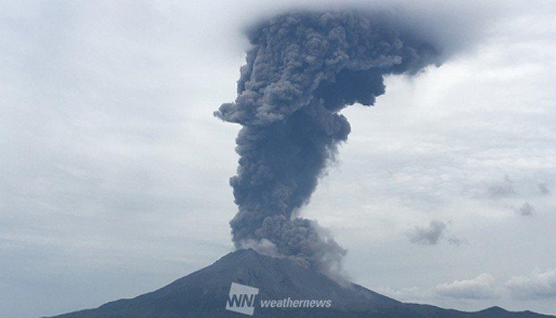 今日6日(火)7時56分頃、桜島の昭和火口で噴火があり、噴煙が火口から高さ3200メートルまで達しました。現地からのリポートとともに解説します。weathernews.jp/s/topics/20170… pic.twitter.com/mwVtRQ7z8n