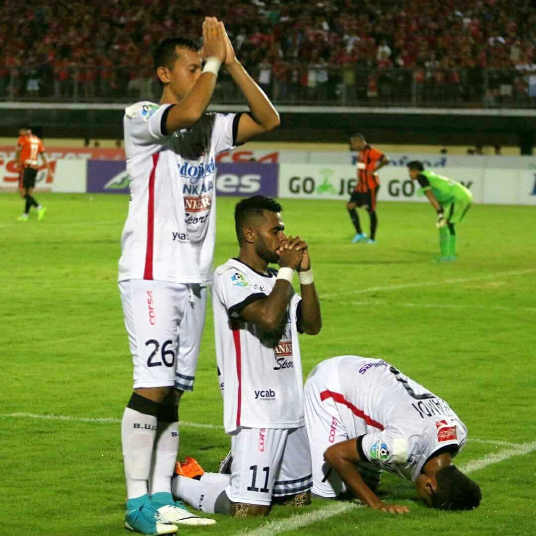 Bali United players celebrating their goal last night.  Three different faiths, one team. 🙌