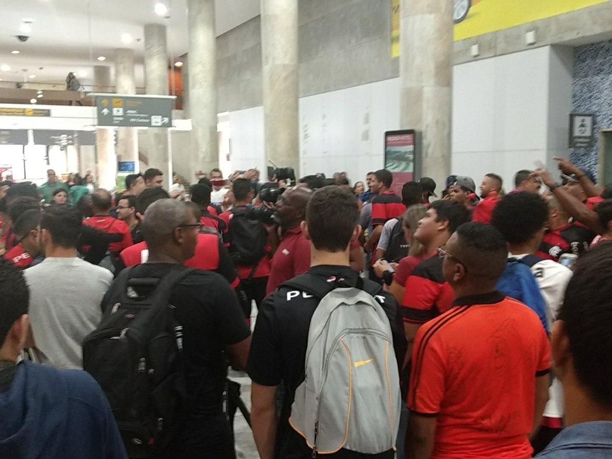 Se aproxima a chegada de Everton Ribeiro. Do aeroporto o destino é a Gávea para a apresentação #CoeEvertonRibeiro